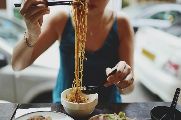 Bữa ăn sáng có thể không quan trọng bằng chế độ ăncân bằng giữa ba bữa trong một ngày. Ảnh: HL