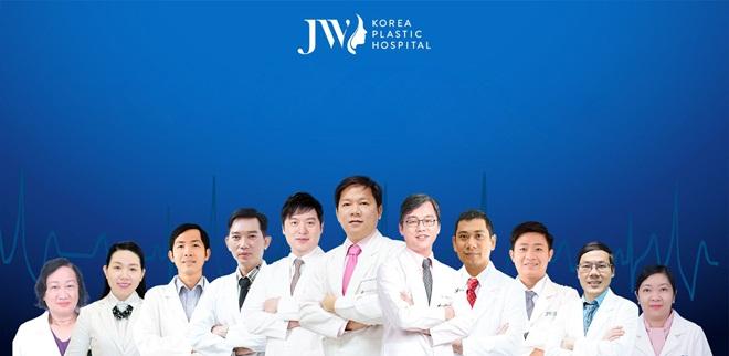 Chú trọng đào tạo đội ngũ chuyên gia có tay nghề cao, JW luôn tạo điều kiện cho bác sĩ Việt và Hàn giao lưu và cập nhật kiến thức mới định kỳ trong năm. Chất lượng đội ngũ y tế đã được khẳng định khi tiến sĩ, bác sĩ Nguyễn Phan Tú Dung báo cáo chuyên đề về phẫu thuật hàm hô móm tại Hội nghị Thẩm mỹ quốc tế thường niên tại Hàn Quốc năm 2016 vừa qua.Với thế mạnh về công nghệ, máy móc và tay nghề bác sĩ, JW nỗ lực giúp nhiều trường hợp hô móm tại Việt Nam được thay số phận, đổi cuộc đời. Bệnh viện thẩm mỹ JW Hàn Quốcthực hiện chương trình ưu đãi đặc biệt: tặng 10 triệu đồng cho khách hàng sử dụng dịch vụ phẫu thuật hàm hô, móm. Bạn có thể đăng kýtại đây.