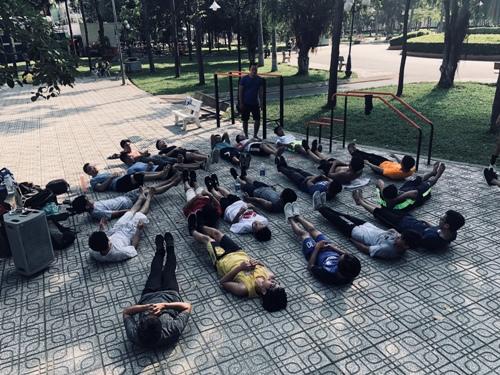 Đúng 7h sáng và 5h chiều, mọi người tụ tập tại công viên tập luyện. Ảnh: Cao Khẩm.