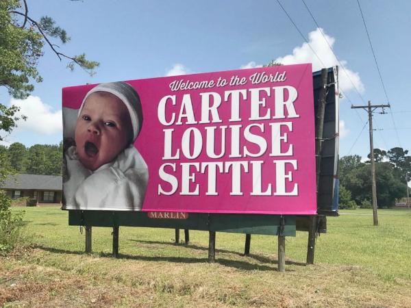 Tấm biển chúc mừng bé gái Carter được đặt bắt mắt ngay bên đường chính. Ảnh: HW