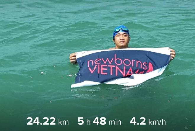 Duy hoàn thành đường bơi 24 km vượt biển trong 6 giờ để ủng hộ quỹ Newborns.