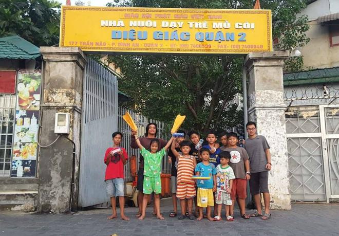 Anh và các học trò tại chùa Diệu Giác, quận 2.