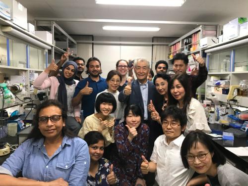 Giáo sư Honjo (áo xanh, vest xanh) ăn mừng cùng đồng nghiệp. Ảnh: Twitter.