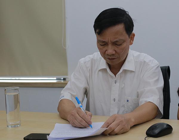 Bác sĩ Hoàng Công Lâm tham khảo tài liệu trong buổi phỏng vấn.