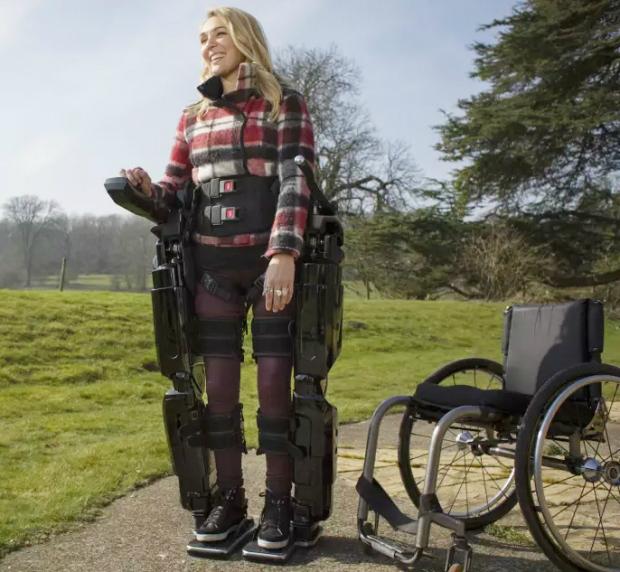 Bộ khung tay chân robot bên ngoài giúp bệnh nhân có thể di chuyển dễ dàng hơn.