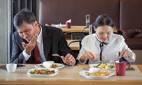 Người mất răng lâu năm thường gặp tình trạng đaukhi ăn nhai.