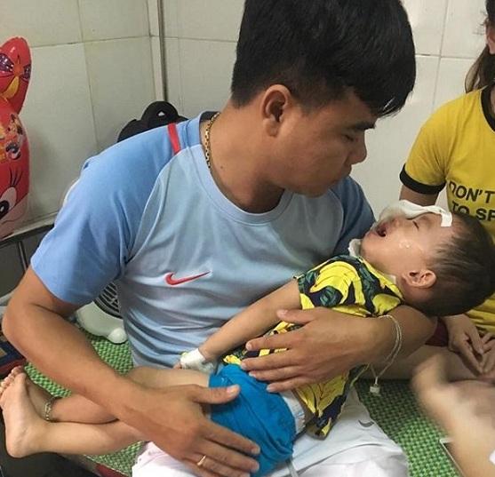Bé trai vẫn đang được điều trị tại bệnh viện. Ảnh: Thu Hiền.