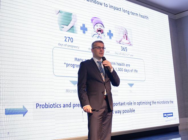 Chuyên gia Gernot Stadlmann trình bày nghiên cứu về men vi sinh Probiotics tại hội thảo do Hội Nhi khoa Việt Nam tổ chức vào tháng 8 vừa qua.