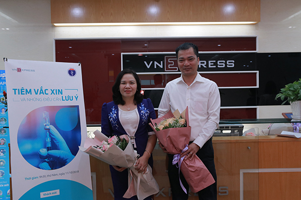 Phó giáo sư Dương Thị Hồng và Tiến sĩ Nguyễn Xuân Tùng tại buổi tư vấn trực tuyến.