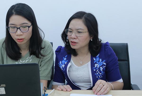 Phó Giáo sư Dương Thị Hồng đang đọc câu hỏi của một độc giả mới gửi về.
