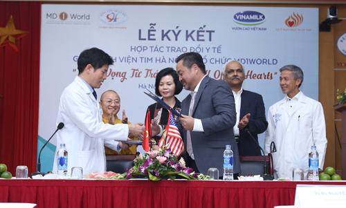 Đại diện Bệnh viện Tim Hà Nội và MD1Word ký kết hợp tác trao đổi y tế 5 năm. Ảnh: NT