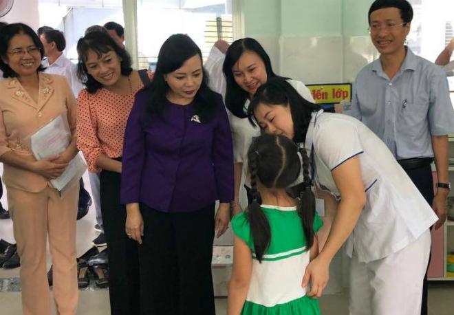 Bộ trưởng Y tế thăm, kiểm tra công tác phòng bệnh tay chân miệng tại trường mầm non ở TP HCM ngày 12/10. Ảnh: T.D