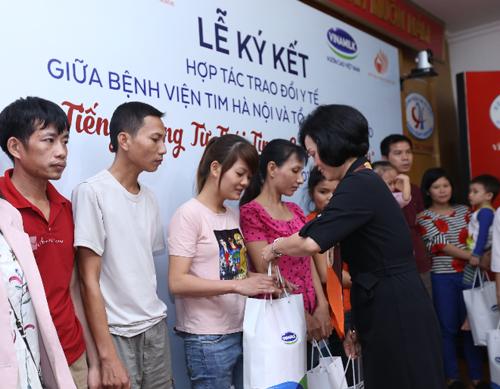 Hoạt động đầu tiên của chương trình là mổ tim, thông tim miễn Đại diện Vinamilk trao quà cho các bệnh nhân . Ảnh: NT