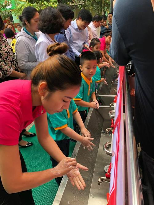 Trẻ được được hướng rửa tay tại trường. Ảnh: T.D