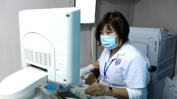 Chiếc xe 12 tỷ đi các tỉnh tầm soát miễn phí ung thư vú cho phụ nữ - ảnh 2