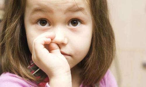 Nguy cơ viêm phổi từ thói quen ngoáy mũi