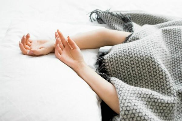 Thói quen trùm kín đầu khi ngủ có thể dẫn đến nhiều nguy cơ gây hại sức khỏe. Ảnh: GST