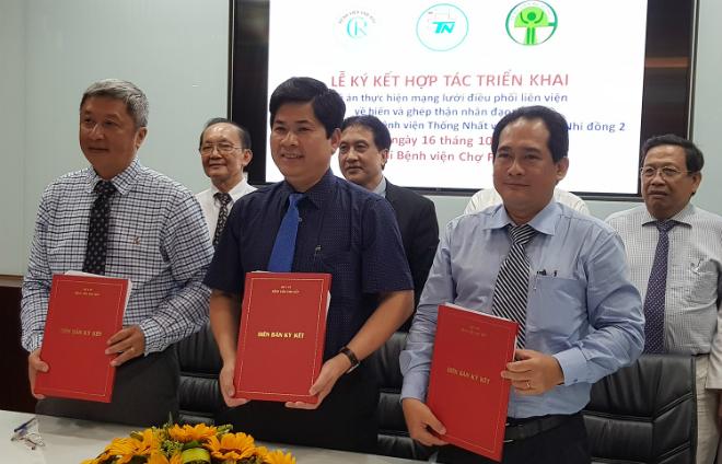 Giám đốc 2 bệnh viện ký hợp tác điều phối hiến và ghép thận nhân đạo. Ảnh: Lê Phương.
