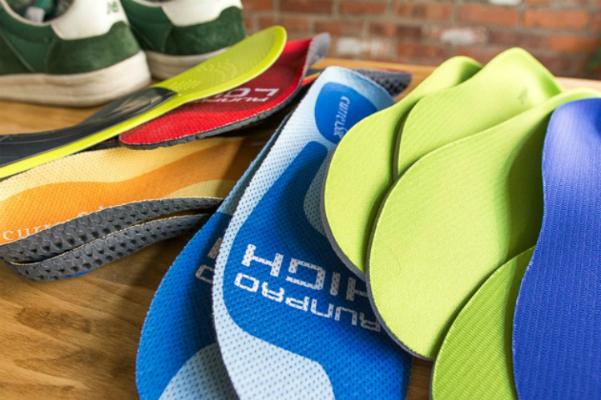 Các loại lót giày làm từ nhiều chất liệu với hình dáng khác nhau được giới thiệu có chức năng nâng đỡ, tạo độ vòm bàn chân và điều chỉnh cấu trúc xương khớp. Ảnh: WC