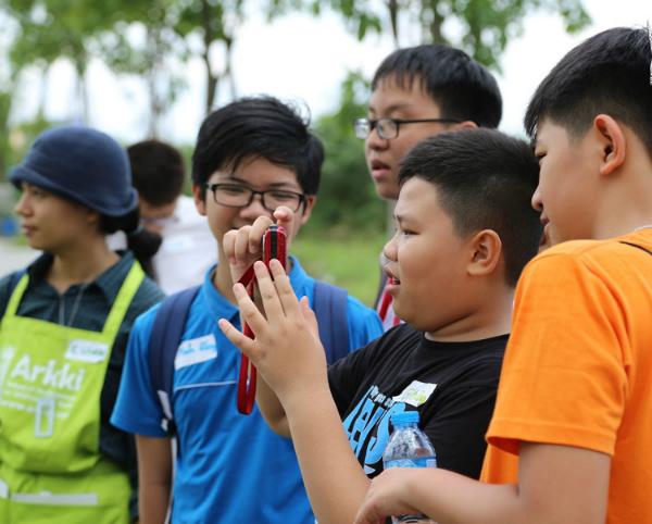 Các em được trải nghiệm thực tế ở khu vực Thủ Thiêm, TP HCM để quan sát và chụp ảnh phục vụ cho mô hình của mình. Ảnh: TT