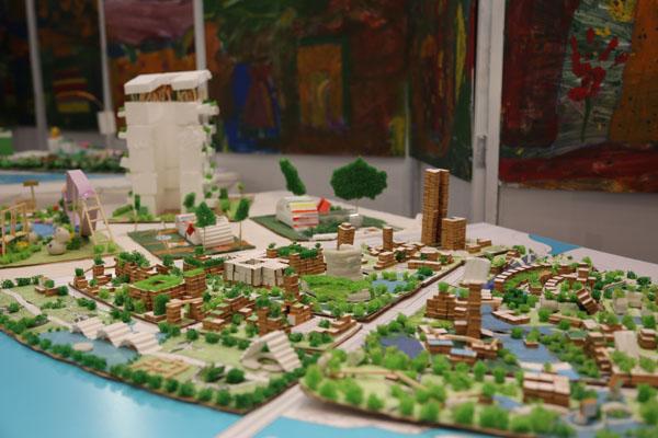 Mô hình đô thị thông minh vì sức khỏe cộng đồng do chính tay các em học sinh thiết kế và thực hiện. Ảnh: TT