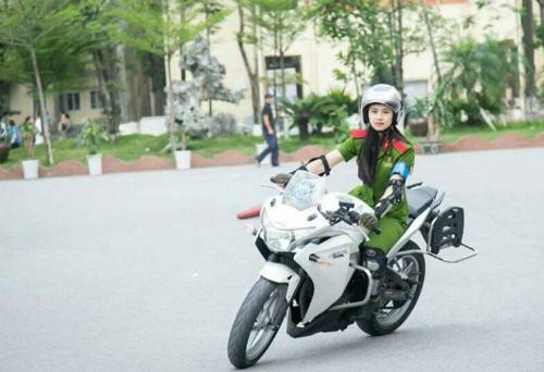 Khổ luyện của cô gái lái môtô hơn 1.000 phân khối dẫn đoàn cảnh sát - ảnh 1