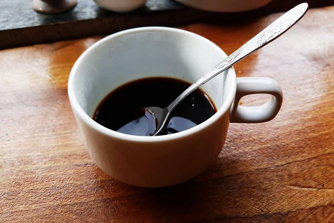 Màu sắc khi là một yếu tố để phân biệt cà phê sạch. Màu của cà phê sạch là cánh gián khi pha chứ không phải màu đen. Ảnh: T.A.