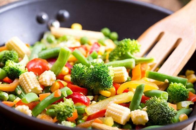Khẩu phần ăn đa dạng các loại thực phẩm góp phần bổ sung vi chất dinh dưỡng cho trẻ. Ảnh: Dix.