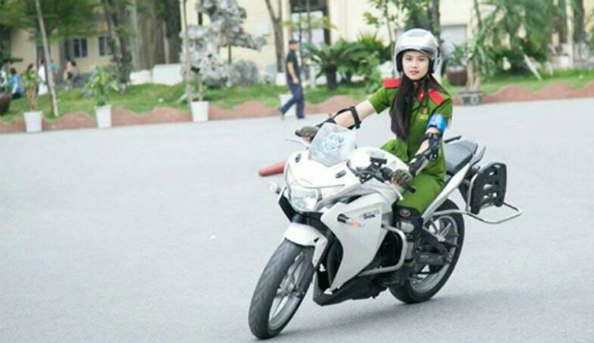 Phạm Hồng Thủy đang tập luyện lái môtôtại trường. Ảnh: NVCC