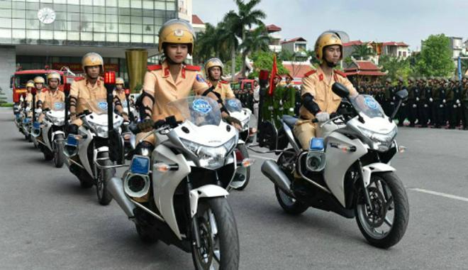 Phạm Hồng Thủy dẫn đầu đoàn diễu hành. Ảnh: NVCC