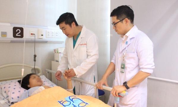 Bác sĩ đang thăm khám cho bệnh nhân. Ảnh: N.P