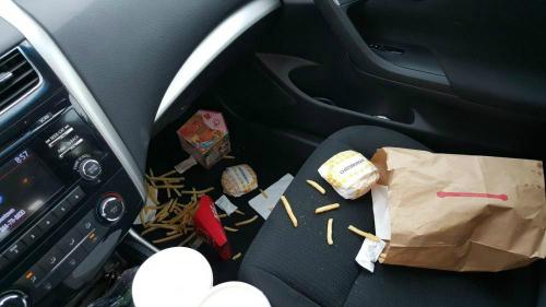 Rác thải là nơi tích tụ vi khuẩn trong xe