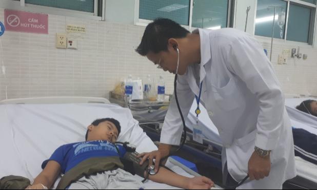 Bệnh nhi cấp cứu tại Bệnh viện Quận Tân Phú. Ảnh: Lê Bình.