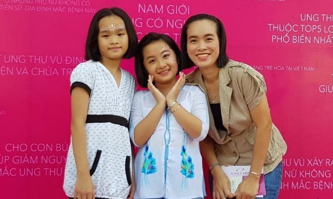 Hoàng Anh (ở giữa) và mẹ con Khánh Linh sau khi cùng nhau cắt tóc. Ảnh: Lê Phương.