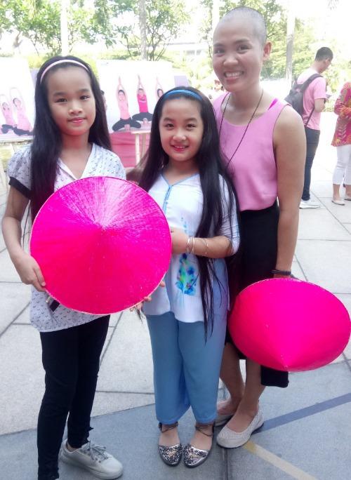Hoàng Anh (ở giữa) và Khánh Linh tại Ngày hội nón hồng với mái tóc dài trước khi cắt. Ảnh: C.P