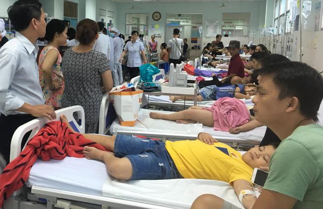Các em bé bị ngộ độc cấp cứu tại viện.