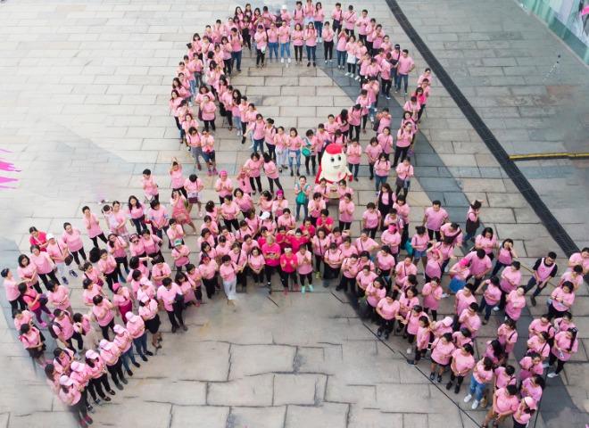 Mọi người tham gia tạo hình nơ hồng khổng lồ tại Ngày hội nón hồng 2018. Ảnh: P.T