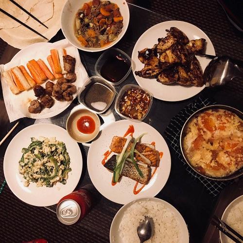 Bữa cơm cuối tuần ấm cúng của Trang cùng bạn bè tại nhà.