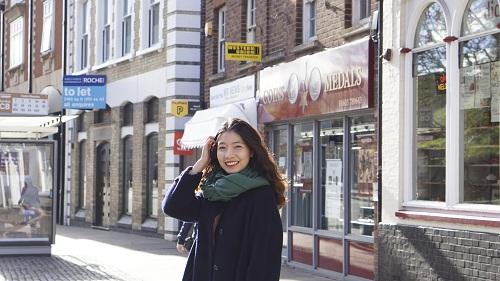 Nụ cười rạng rỡ của Trang khi được trải nghiệm cuộc sống tại Anh.