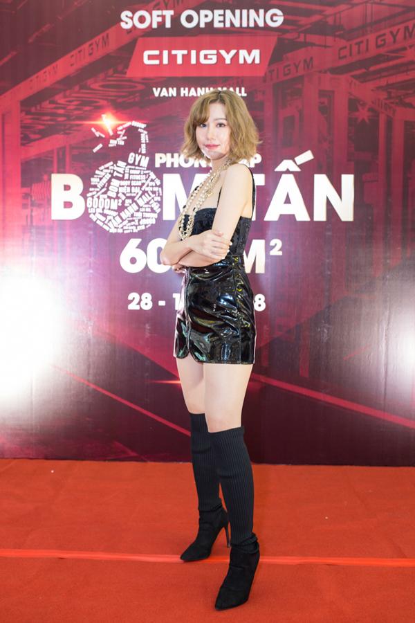 Ca sĩ Min tươi tắn với mái tóc ngắn và váy da bó sát tôn vóc dáng. Cô nàng mang đến chương trình những ca khúc làm nên tên tuổi như Yêu, Em sẽ là người yêu anh.