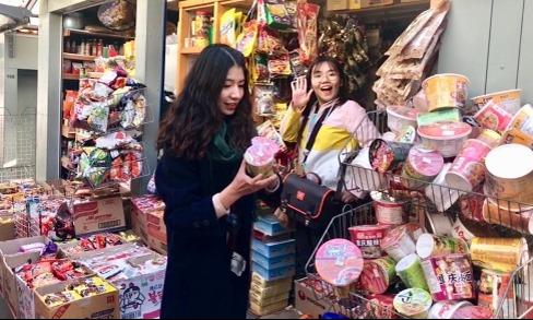 Trang cùng bạn đang đi mua sắm ở cửa hàng tiện lợi.
