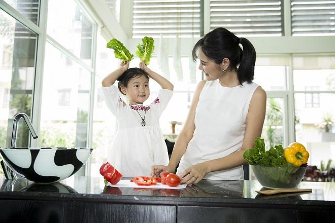 Hương Giang quan sát nhu cầu ăn uống của con để có cách chăm sóc phù hợp, tạo điều kiện tốt cho bé phát triển.