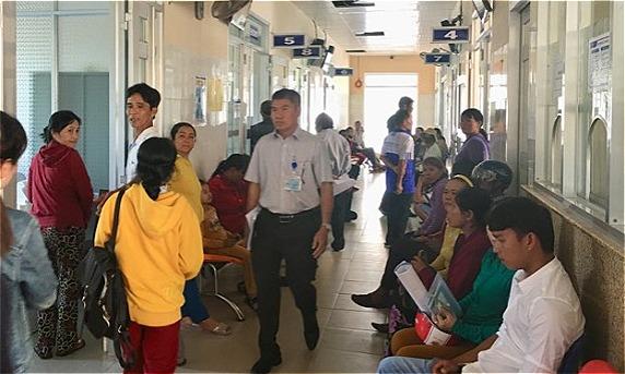 Bệnh nhân chờ khám tại Trung tâm y tế huyện TuyAn. Ảnh: Lê Nga.