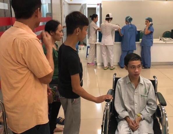Hoàng Đình Hiện trước khi vào phòng phẫu thuật thay khớp háng thứ 2. Ảnh: M.T.