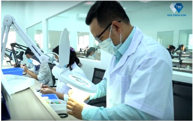Một ngày ở nhà máy sản xuất răng sứ rộng đến 2.000 mét vuông
