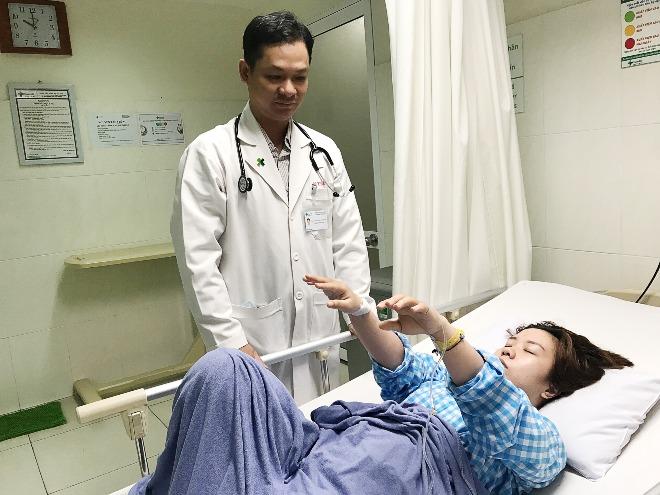Bệnh nhân hồi phục cử động tay chân sau khi dùng thuốc. Ảnh: B.T