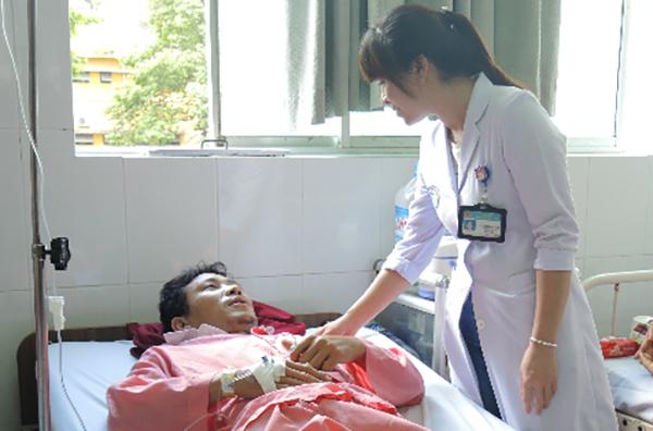 Bệnh nhân ngộ độc thực phẩm điều trị tại Bệnh viện Chợ Rẫy. Ảnh: Lê Phương.