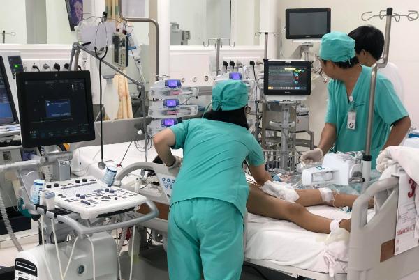 Bé trai 9 tuổi điều trị viêm cơ tim tại Bệnh viện Nhi đồng Thành phố. Ảnh bệnh viện cung cấp.