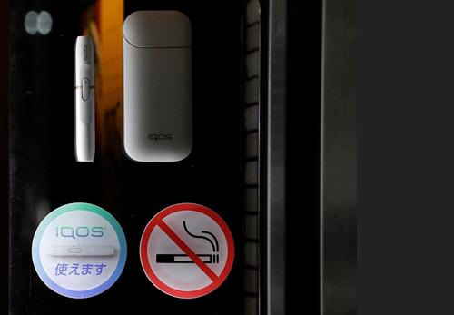 Biển cấm hút thuốc, cho phép IQOS tại nhà hàng Tokyo.
