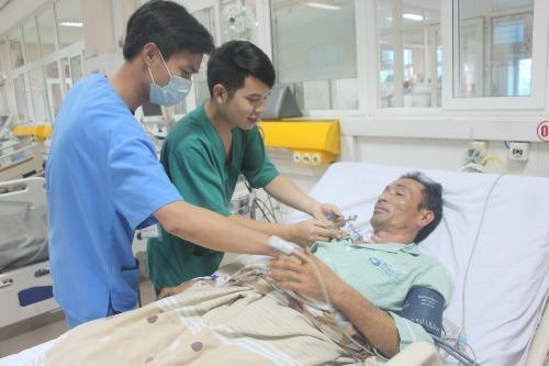 Bệnh nhân được điều trị hồi sức tích cực trong phòng bệnh. Ảnh: Mạc Thảo